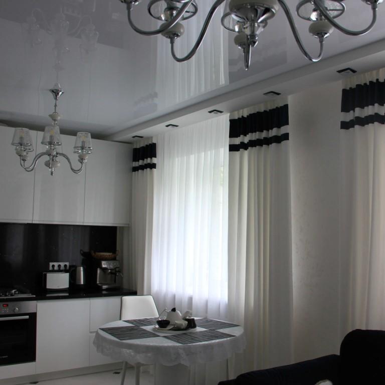 Портьеры с контрастной синей полосой и легкий тюль в гостиную