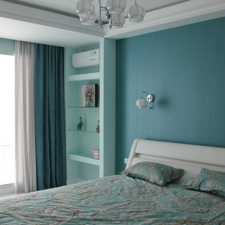 Двойные портьеры в спальне в бирюзовых тонах