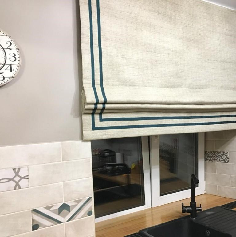 Римская штора с контрастным кантом на кухне