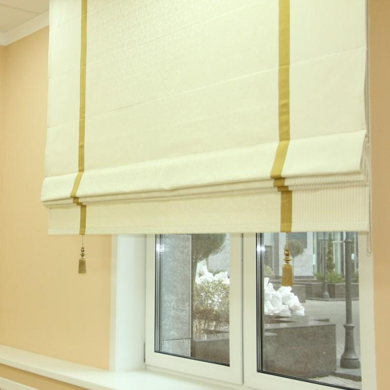 Римская штора с кистями на окне в кабинете